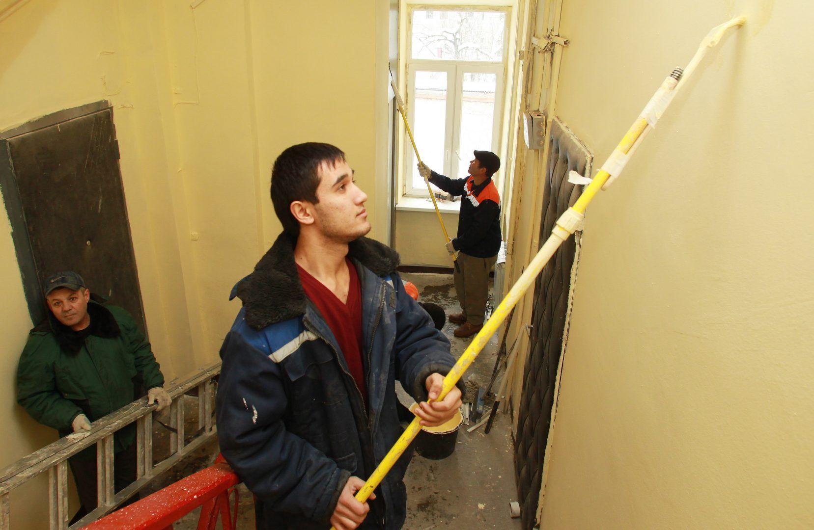 В жилом доме начали красить подъезд. Фото: Наталия Нечаева