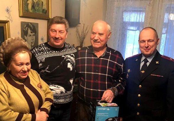 Сотрудники полиции УВД по ТиНАО поздравили ветерана