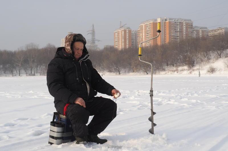 Багор и веревка сохранят жизнь рыбаку. Фото: Павел Волков