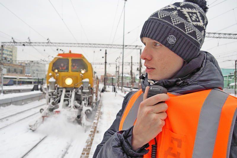 Главный инженер станции Москва-Пассажирская-Казанская Дмитрий Гремченко руководит работой снегоуборочной техники. Фото: Павел Волков
