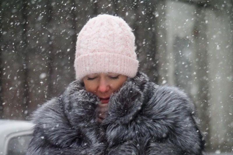 Сильный ветер и низкое давление пообещали москвичам