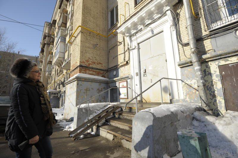 Козырьки подъездов жилого дома отремонтировали в Коммунарке