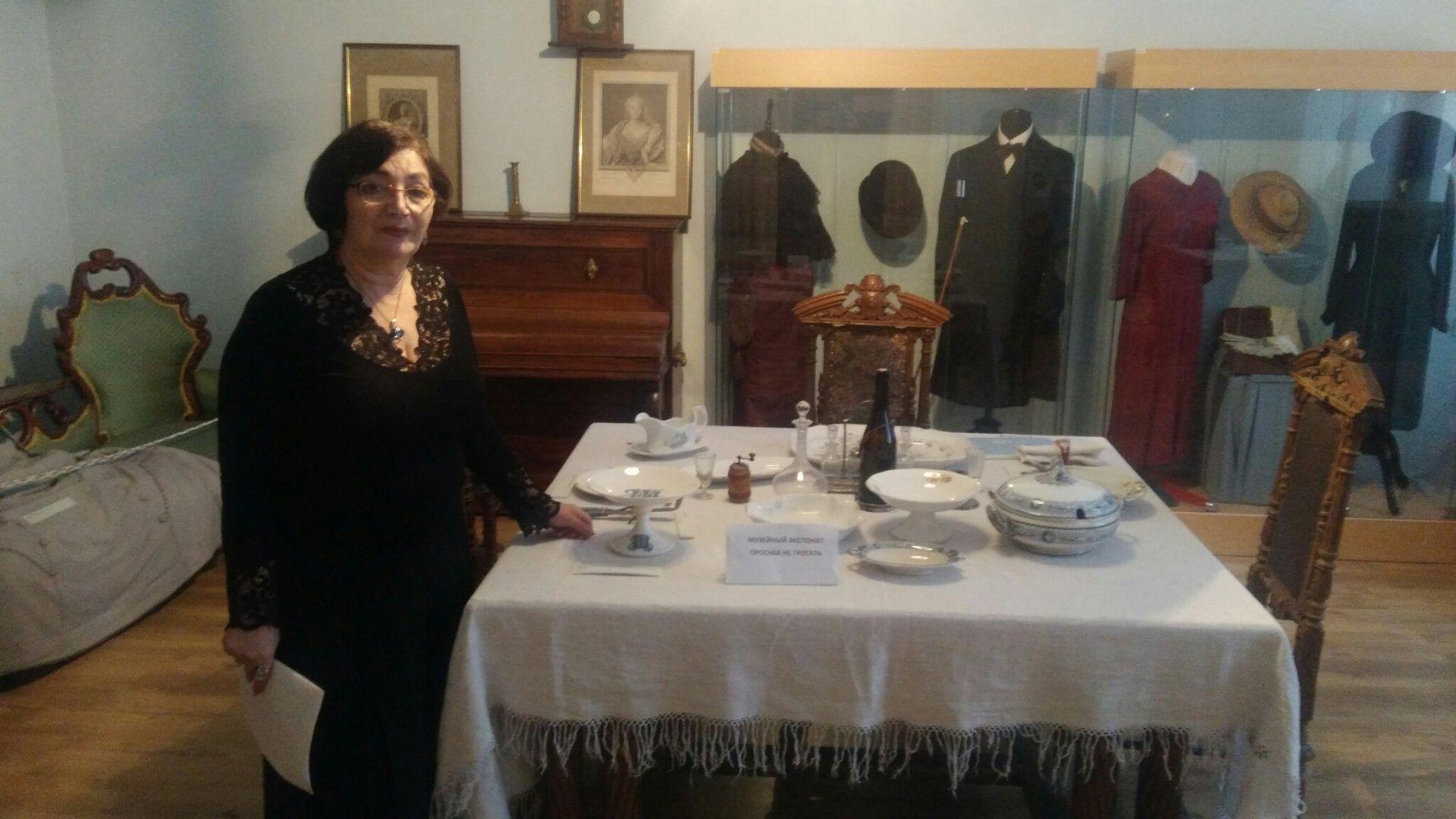 директор музея Изабелла Рожкова показывает дворянскую столовую. Фото: Максим Землянский