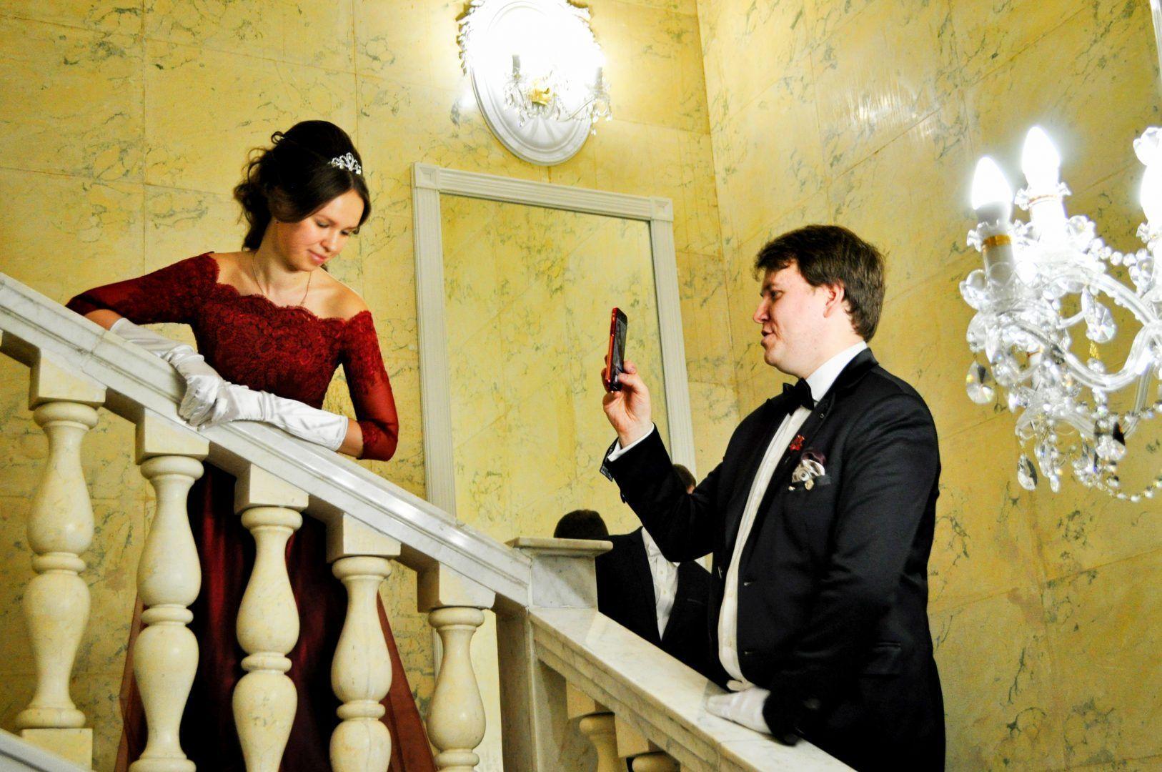 Многие участники не упустили возможность сфотографироваться на мраморной лестнице усадьбы. Фото: Никита Нестеров