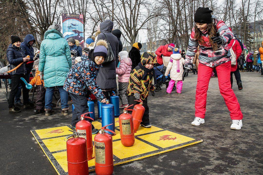 Столичные пожарные провели танцевальный флешмоб «Растопим лед вместе» на ВДНХ