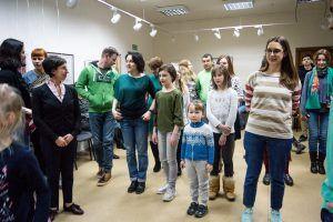 Участники мастер-класса внимательно изучают движения. Фото: Валентина Таран