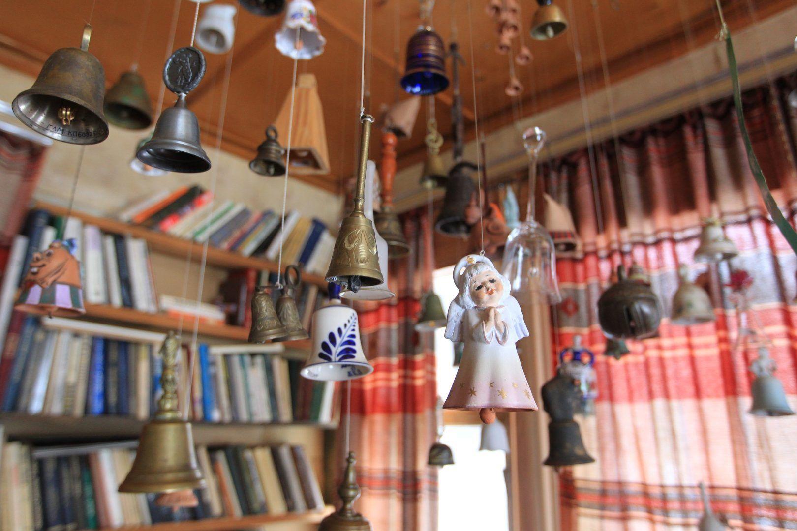 Над рабочим столом поэта до сих пор висит целая коллекция колокольчиков, подаренных близкими. А самый первый ему совершенно случайно подарила Белла Ахмадулина. После этого каждый из гостей считал своим долго приподнести Булату Шалвовичу такой подарок. Фото: Владимир Смоляков.