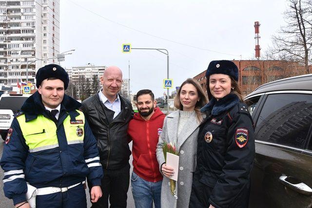 В Международный женский день прекрасного настроения желают участницам дорожного движения сотрудники Госавтоинспекции ТиНАО и актер театра и кино Антон Ескин