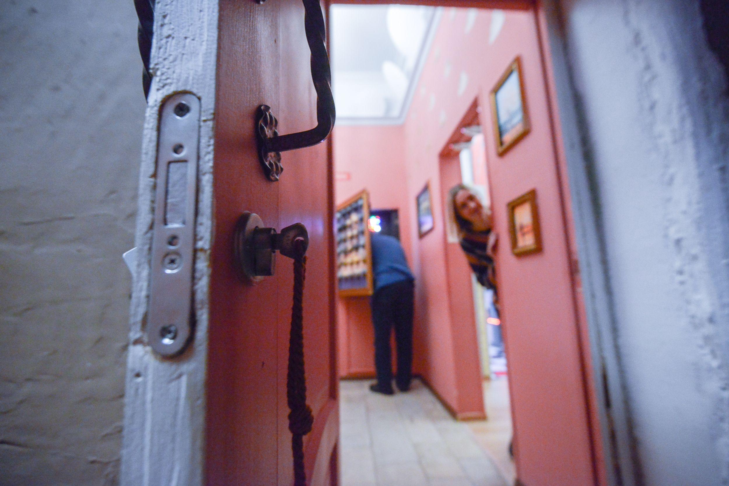 Входные двери заменят в домах села Красная Пахра