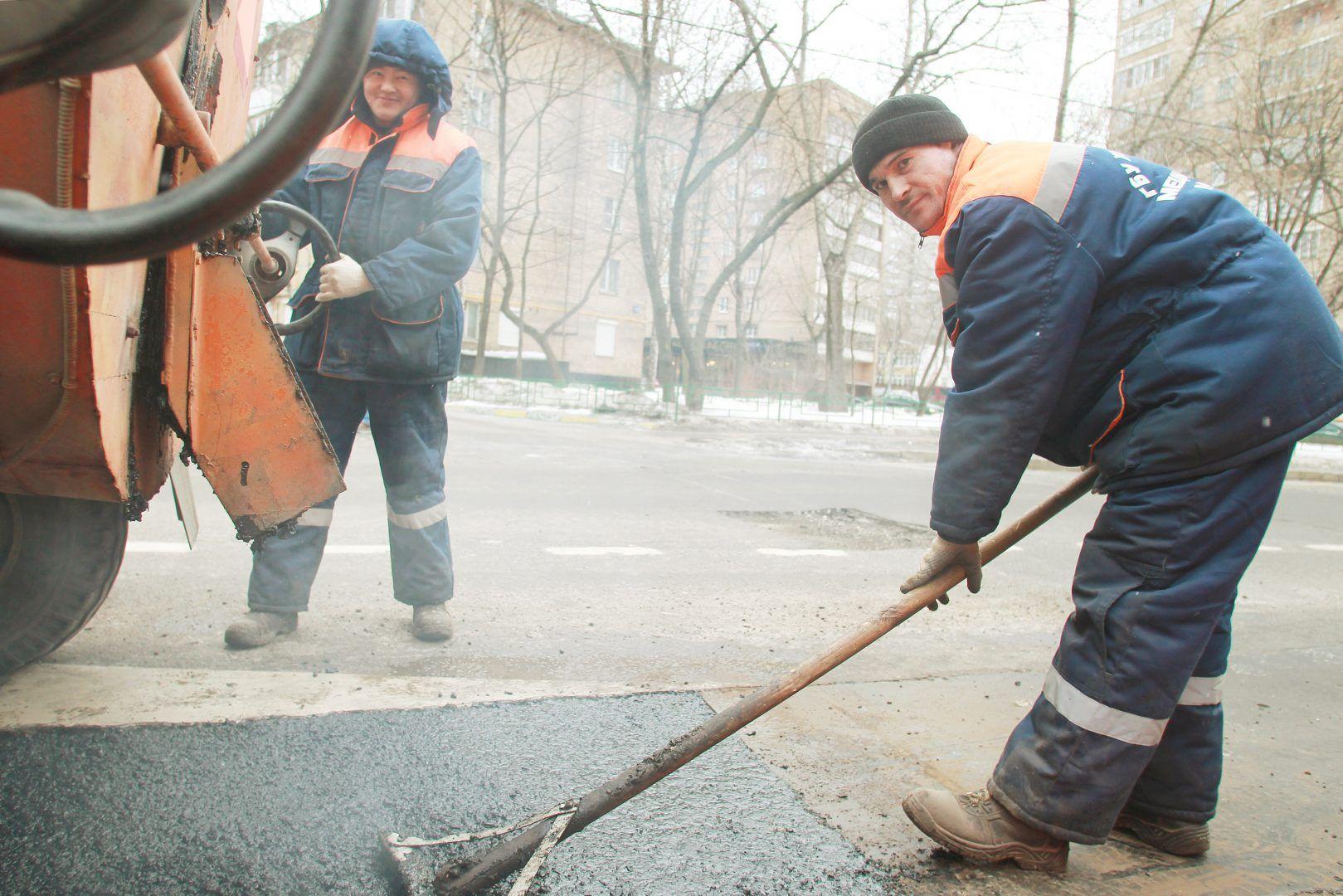 Специалисты устранили ямы в поселении Первомайское. Фото: Наталия Нечаева, «Вечерняя Москва»