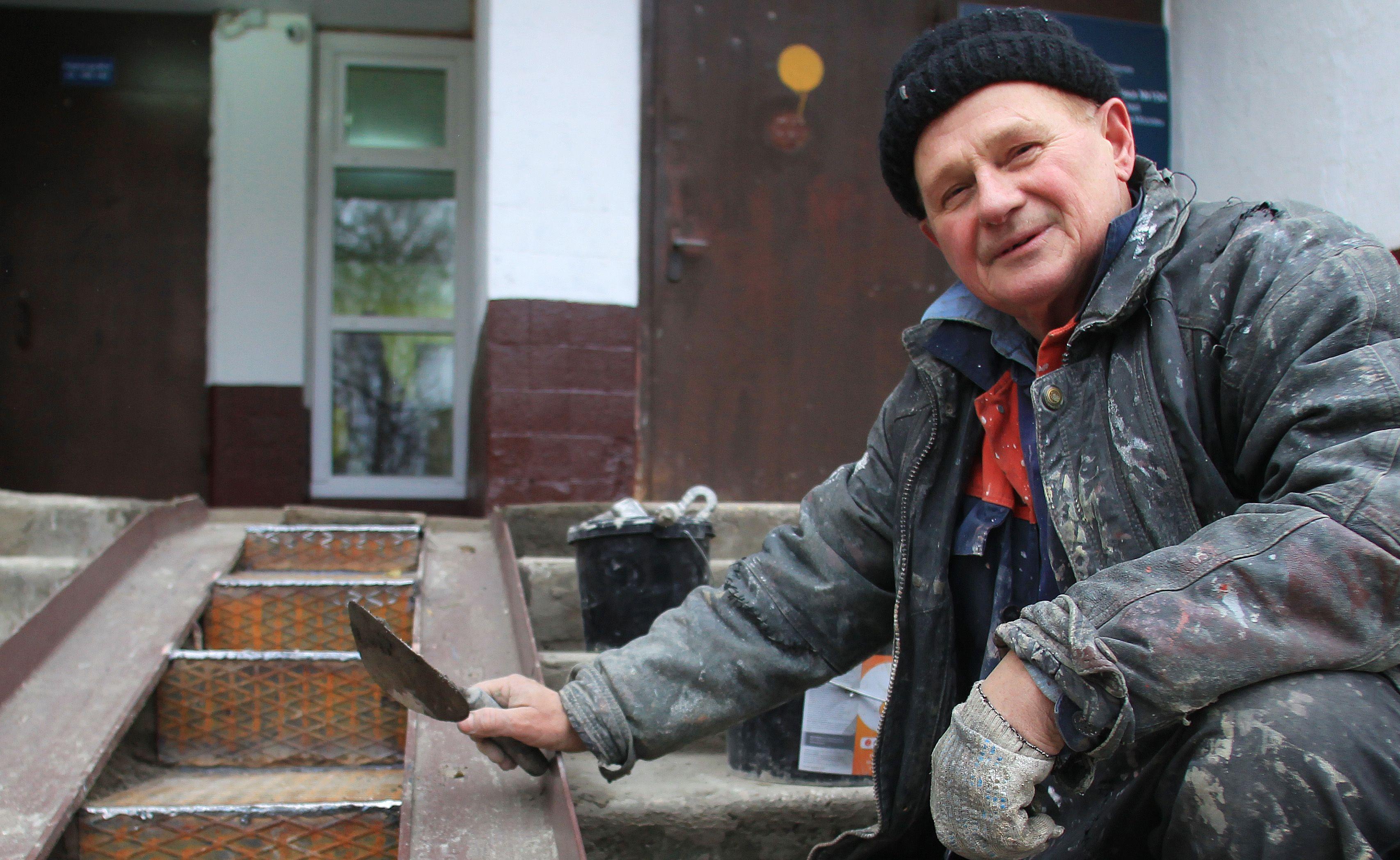 Специалисты установят пандус вблизи здания в Троицке. Фото: Наталия Нечаева, «Вечерняя Москва»