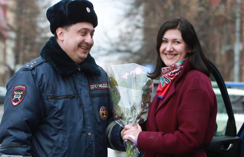 Женщины-водители получили в Москве 500 шоколадок с поздравлениями