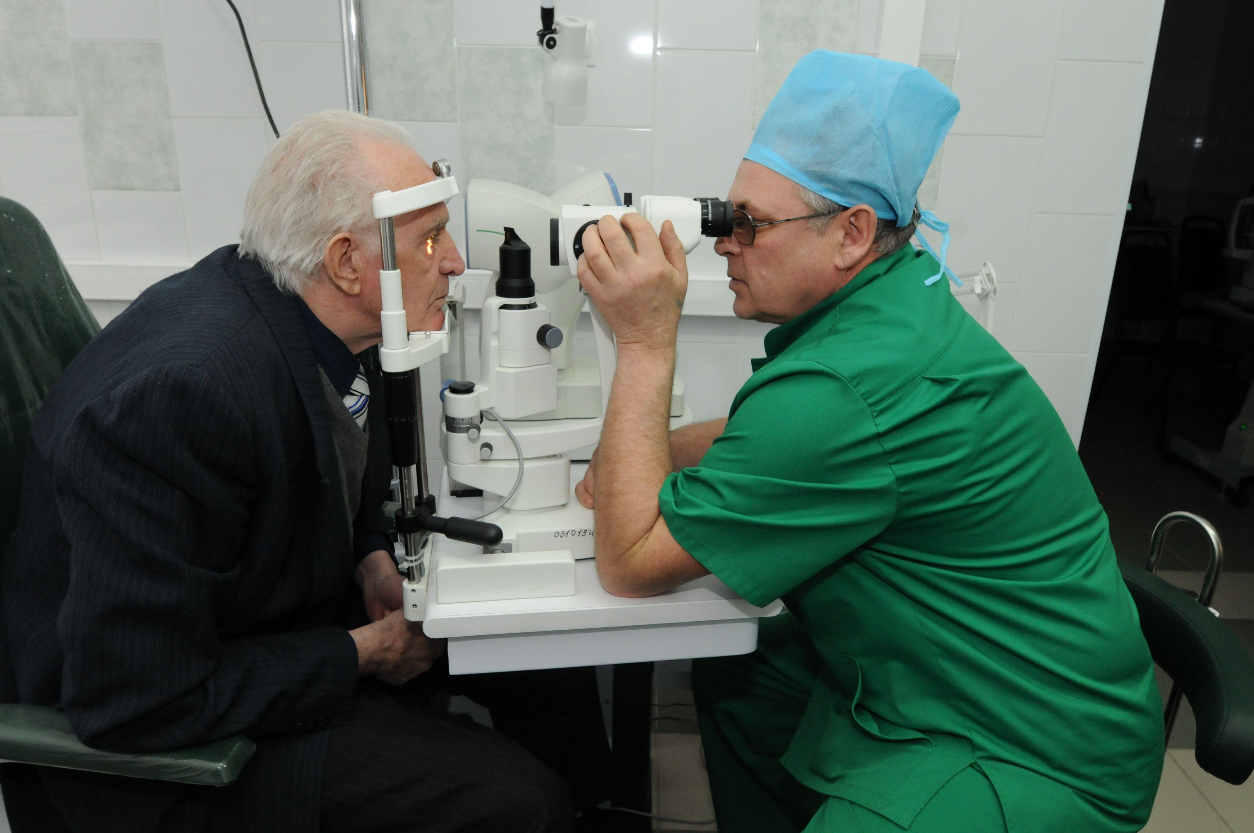 Пациентам старше 39 лет важно проходить обследование на выявление глаукомы. Фото: Петр Болховитинов