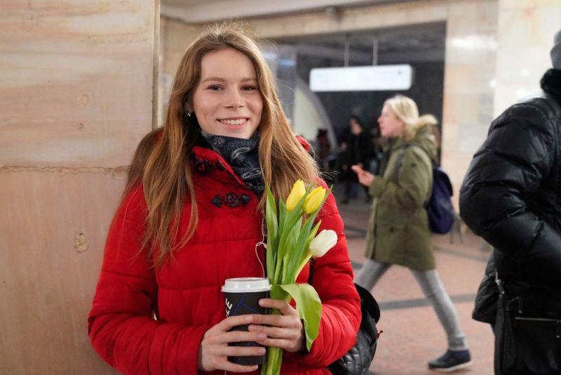 Сотрудники МЧС России по г. Москве поздравили представительниц прекрасной половины человечества в столичном метрополитене