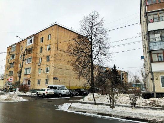 Специалисты начали ремонтировать подъезд в жилом доме в Марушкинском