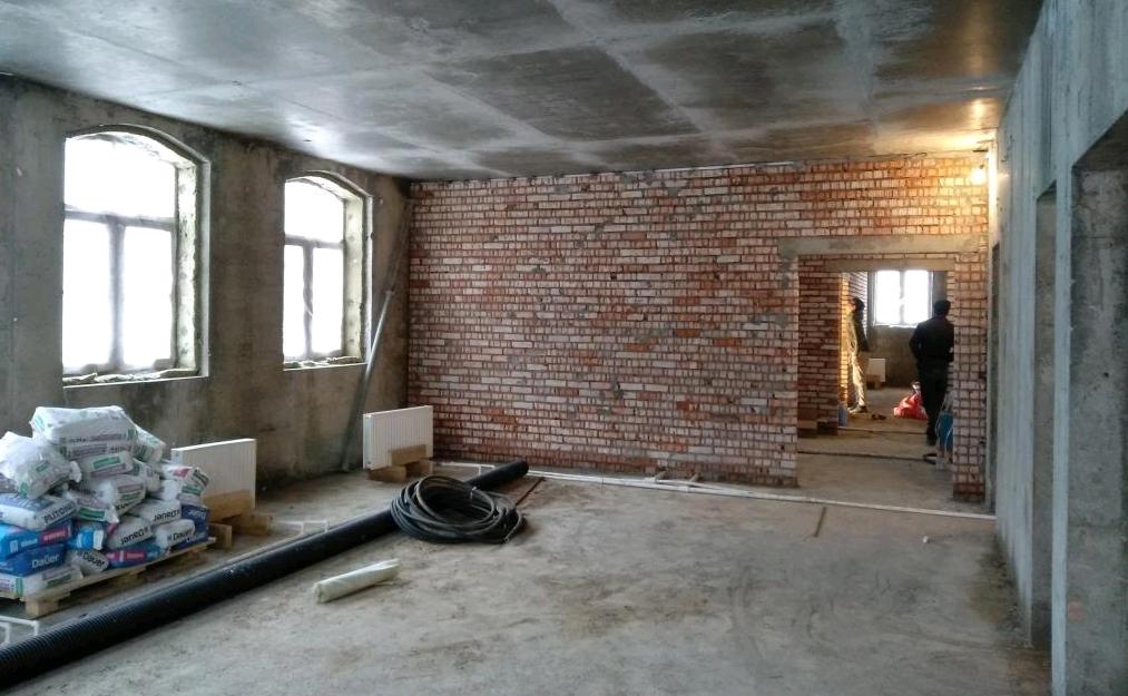 Рабочие возвели внутренние стены в церковном доме Троицкого храма