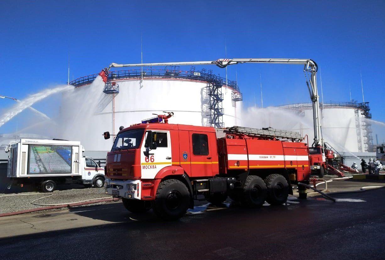 Пожарные Москвы провели учения на нефтеперерабатывающем заводе