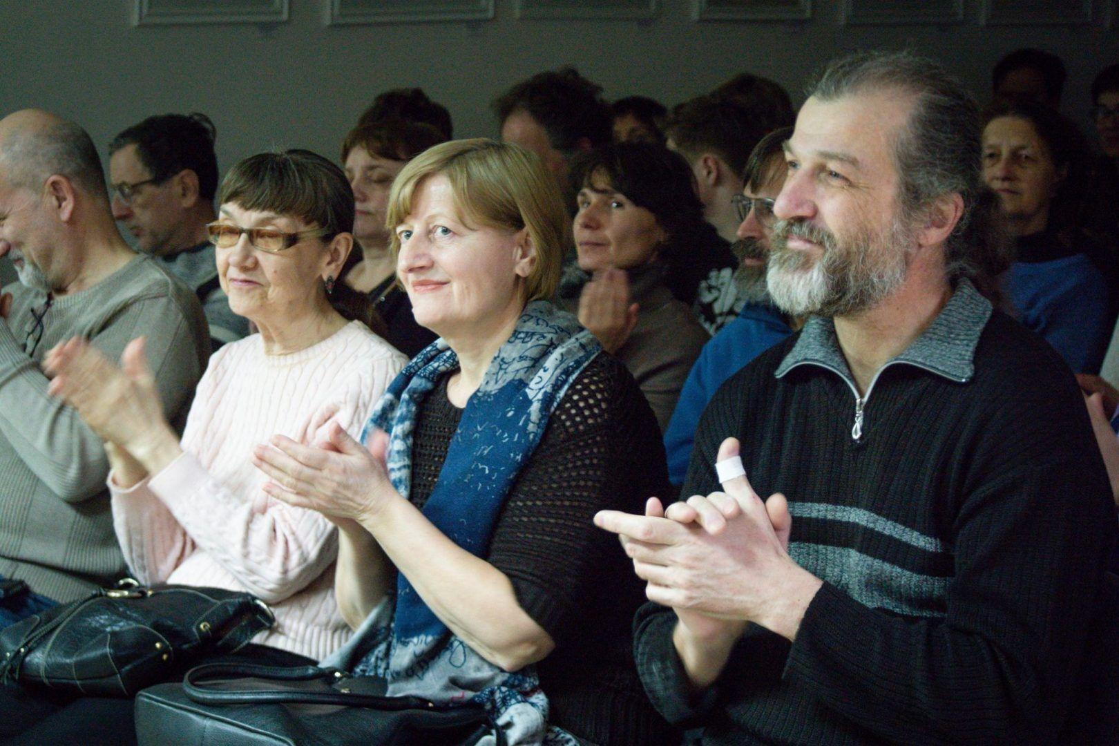 Жители Троицка слушают виртуозное исполнение артиста. Фото: Валентина Таран