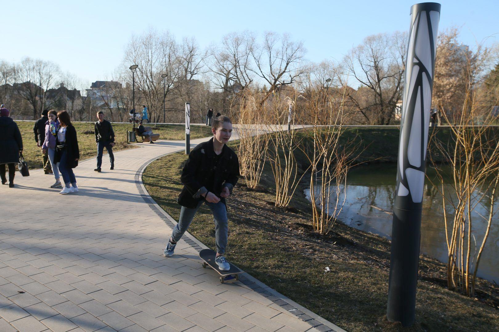 16 апреля 2019 года. Воскресенское. Набережная реки Цыганки стала любимым местом для прогулок и занятий спортом. Фото: Владимир Смоляков