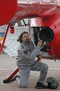 Никас Сафронов на съемках для одного из журналов, где ему пришлось перевоплотиться в пилота вертолета. Фото: Виктор Хабаров