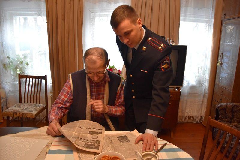 Сотрудники полиции УВД по ТиНАО поздравили с 82-летием ветерана органов внутренних дел