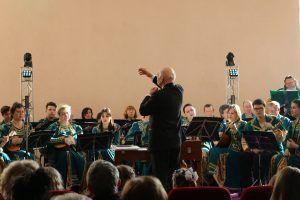 Владимир Глейхман дирижирует оркестру. Фото: Анна Шутова