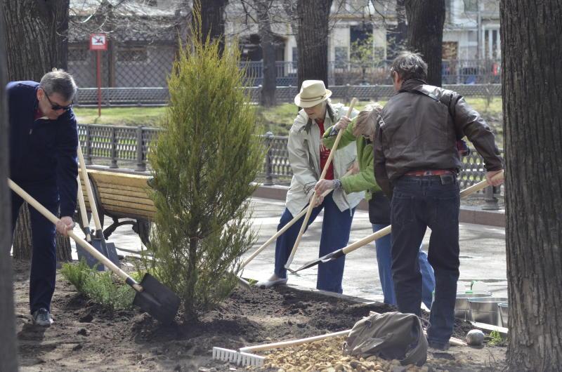 Сотрудники Центра организации дорожного движения приняли участие в уборке столицы. Фото: Анна Быкова