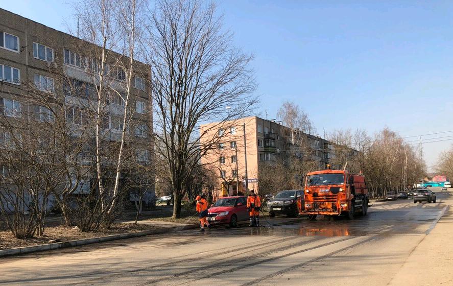 Специалисты приводят в порядок улицы. Фото предоставила пресс-секретарь администрации поселения Рязановское Наталья Палюхевич