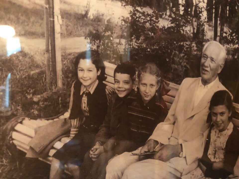 Корней Чуковский в окружении детей. Фото из личного архива библиотеки