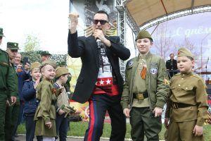 Певец Александр Буйнов выступил на праздничном концерте для ветеранов. Фото: Виктор Хабаров