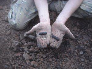 Поисковики обнаружили медальон солдата. Фото: Мария Новикова