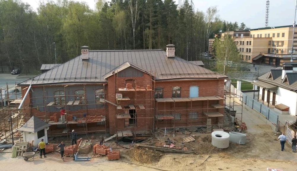 Рабочие начали внутреннюю отделку в доме причта храма Троицка