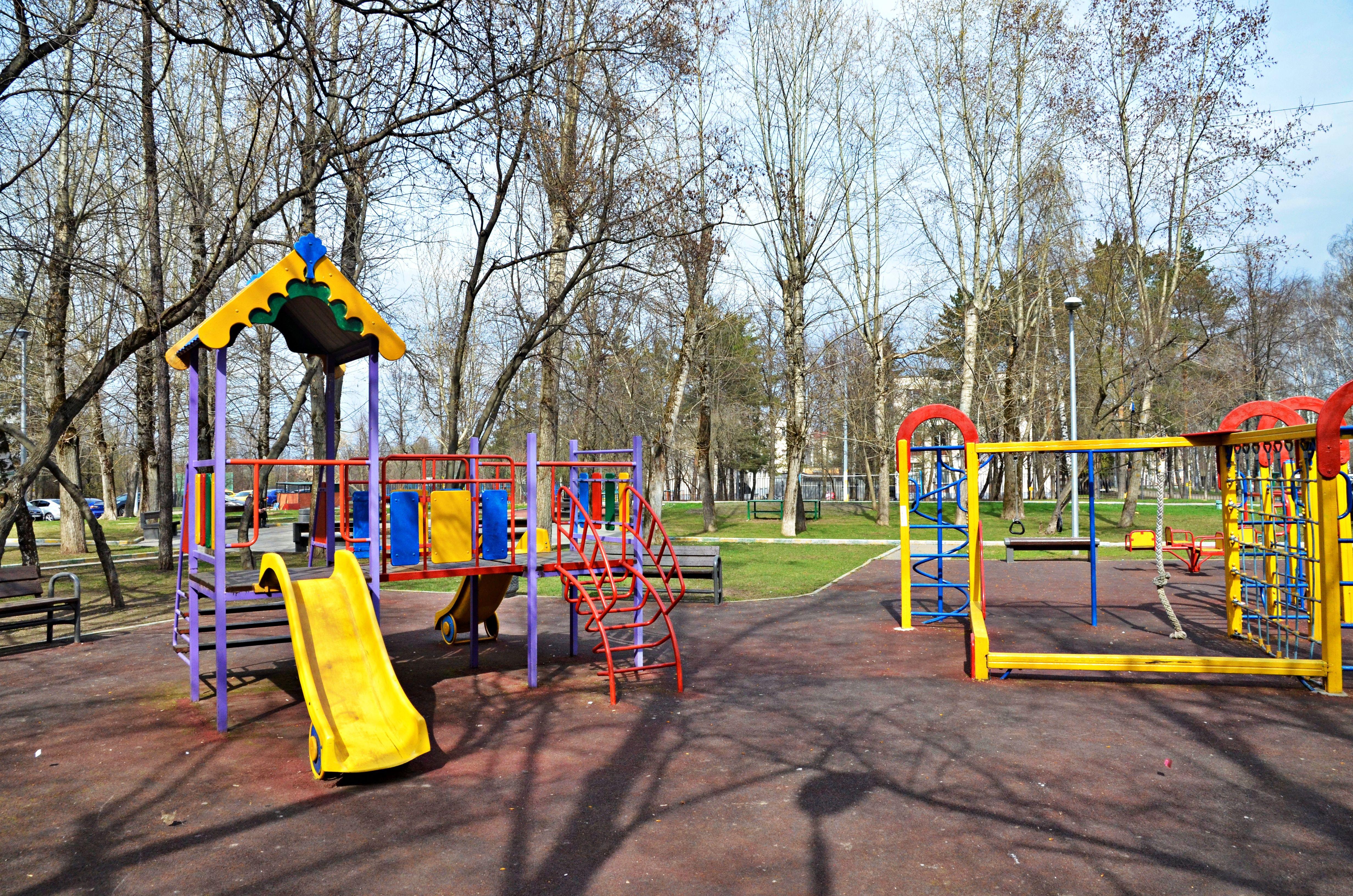 Рабочие начали монтировать объекты на детско-спортивной площадке в Краснопахорском