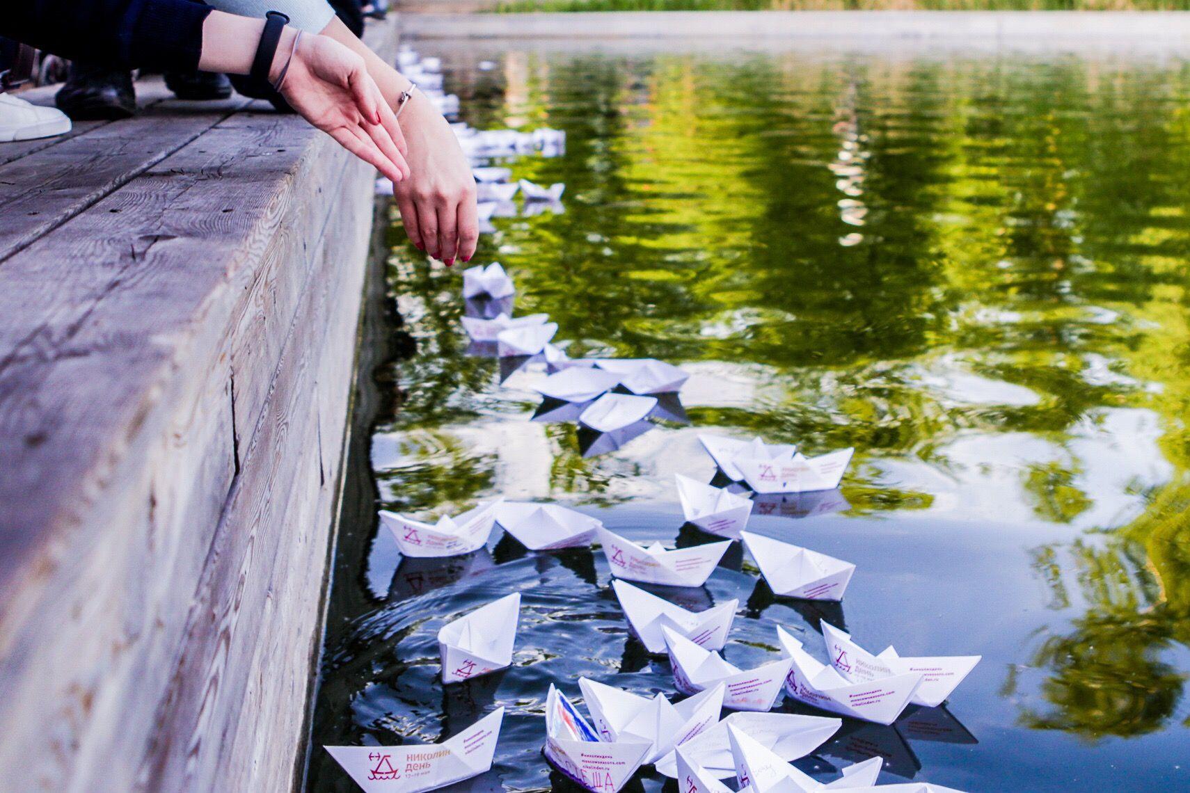 Москвичи запустили в водоемы 3300 бумажных и деревянных корабликов