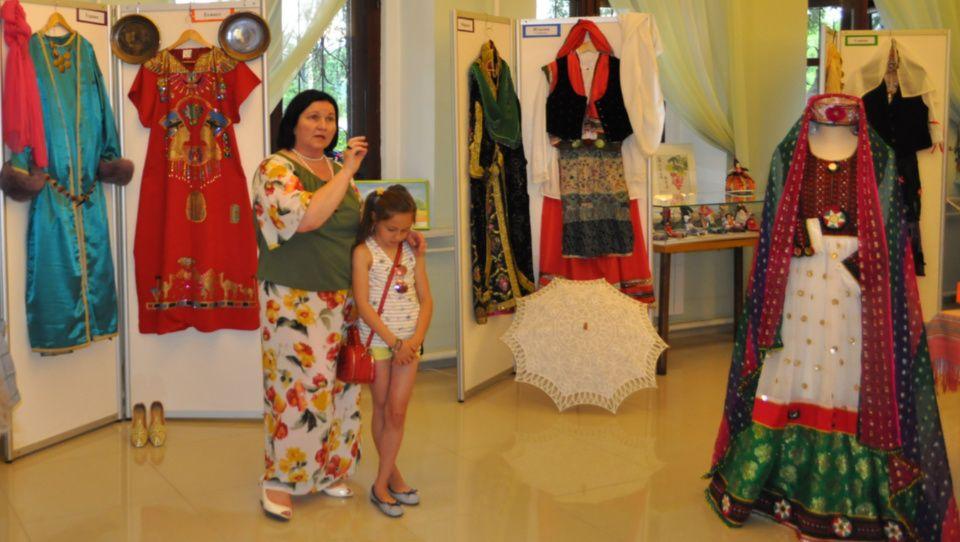 Национальные костюмы народов мира представили в Музее истории усадьбы Щапово