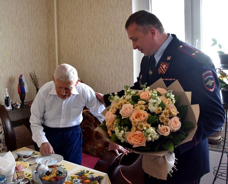 Полицейские УВД по ТиНАО поздравили ветерана Великой Отечественной войны и органов внутренних дел с наступающим праздником