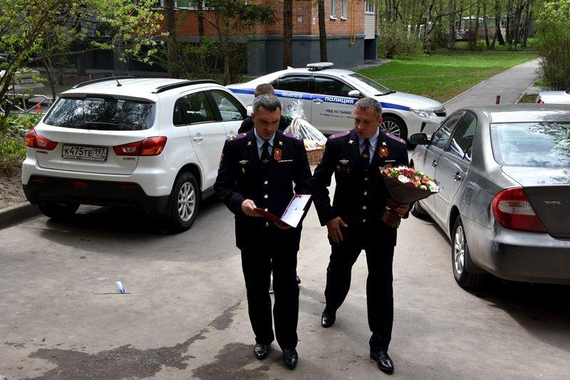 Начальник УВД по ТиНАО полковник полиции Шамиль Сибанов поздравил ветерана с наступающей 74-й годовщиной Победы в Великой Отечественной войне