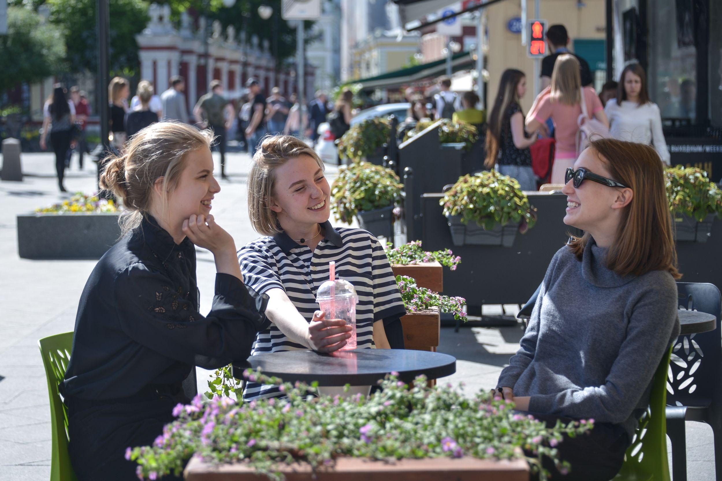 Рестораторов Москвы попросили свернуть летние веранды из-за непогоды
