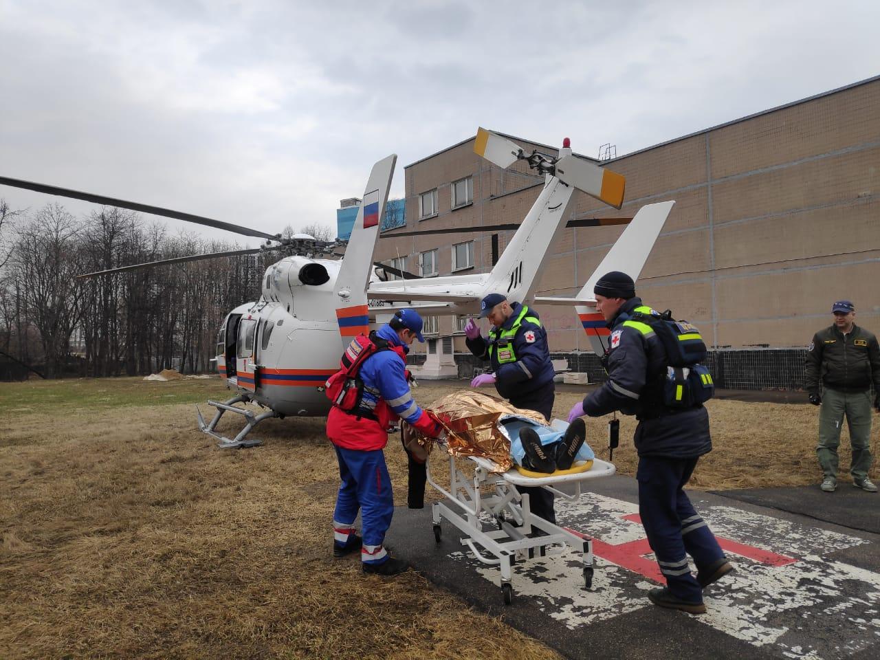 Экипаж дежурного санитарного вертолета Московского авиационного центра вылетел по вызову на вертолетную площадку в Щапово