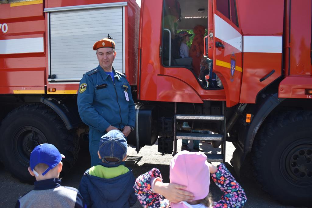 В преддверии 215-летия пожарной охраны города Москвы: Маленькие «почемучки» в гостях у пожарных