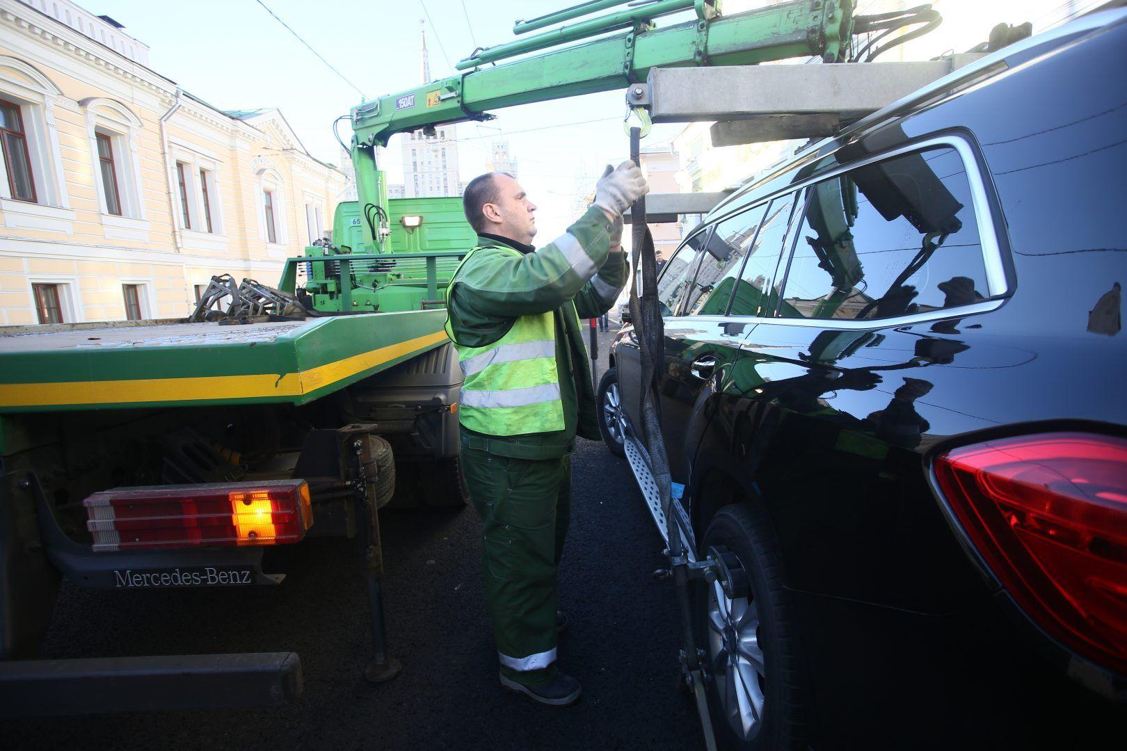 Робот помогает москвичам быстрее получать информацию об автомобиле. Фото: Антон Гердо