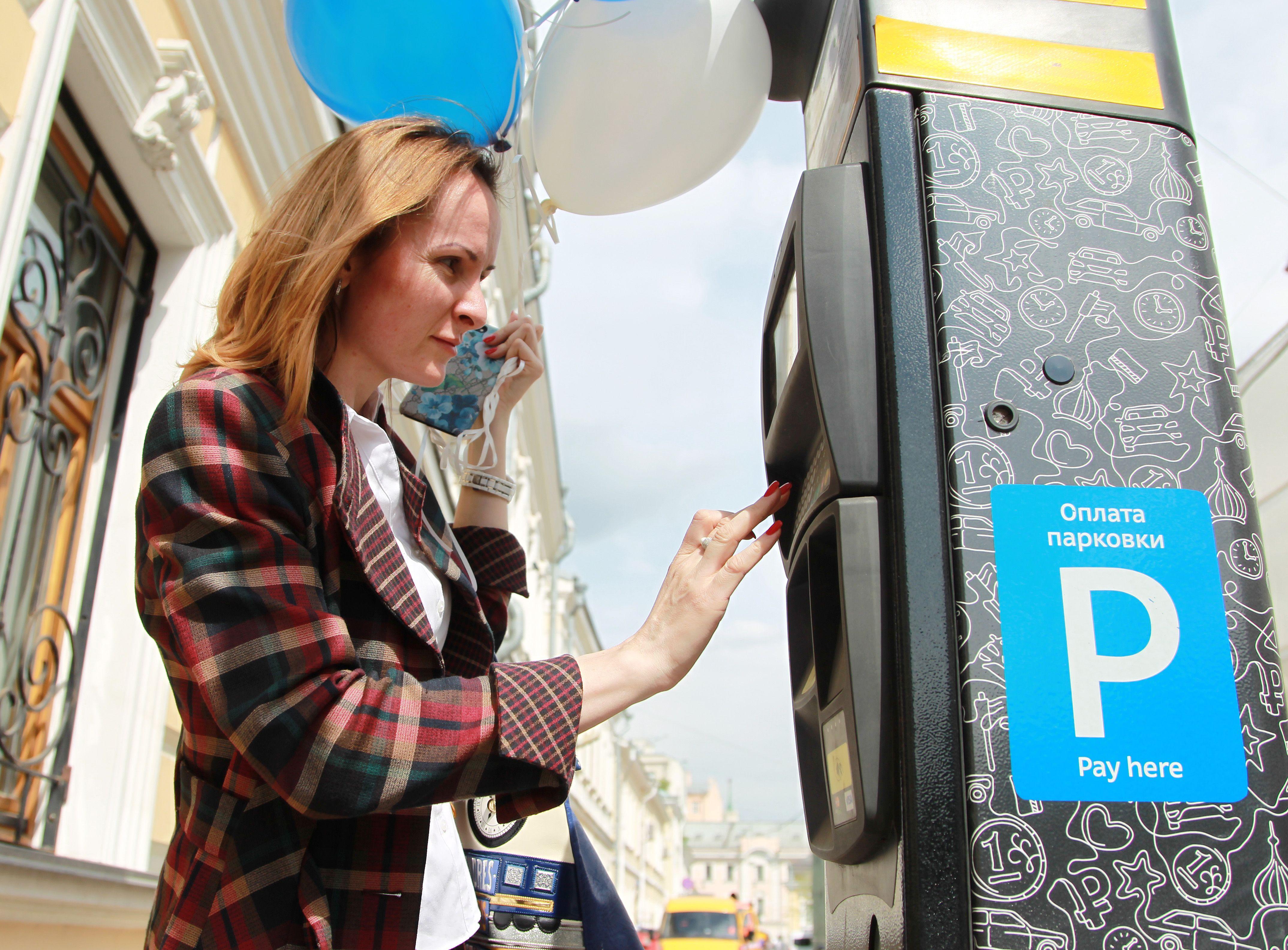 Москва на семь дней отменила плату за парковку
