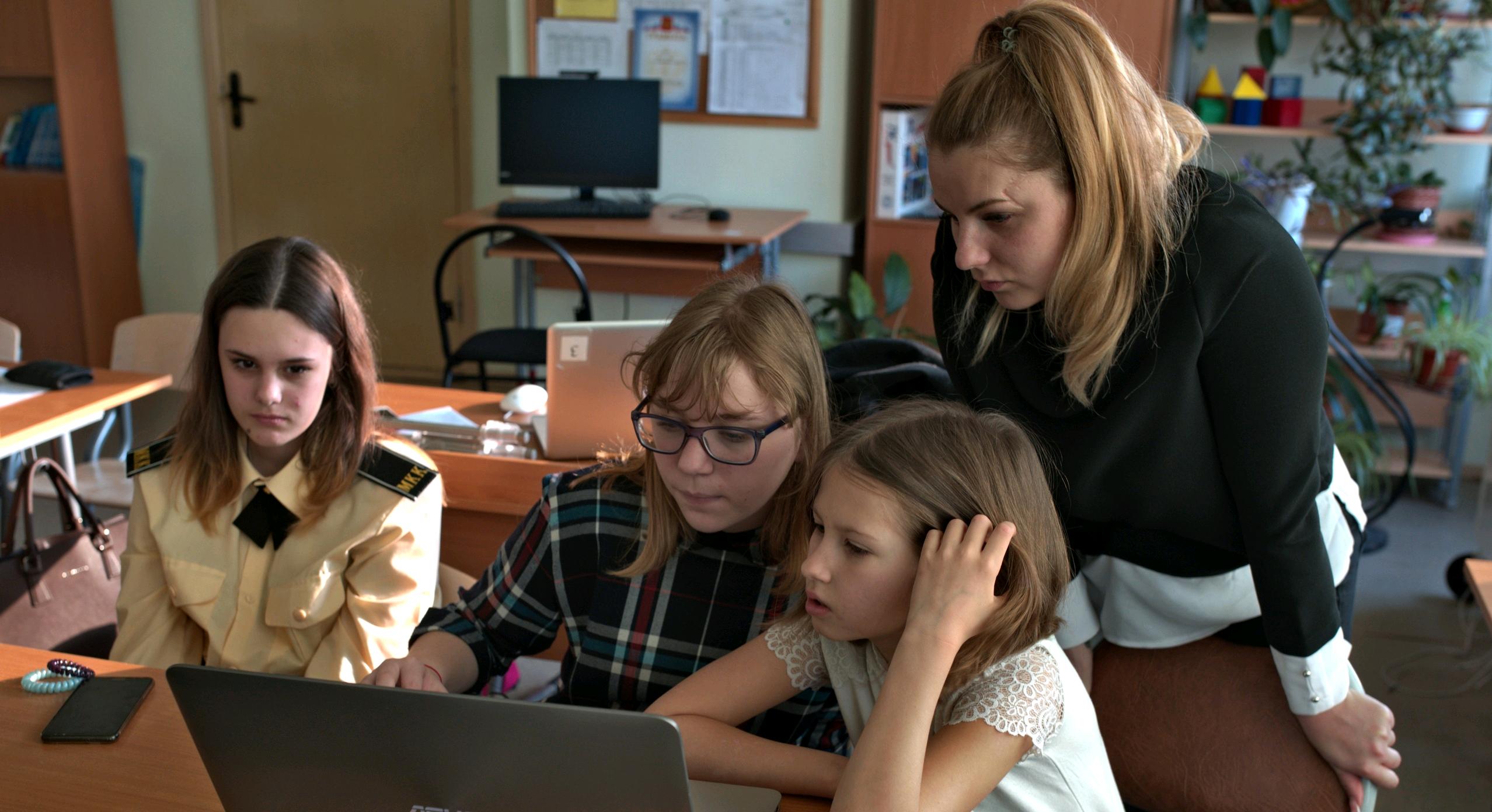Для записи видео школьники смогут использовать и мобильный телефон. Фото: официальная страница студии «МЫ — будущее» в социальных сетях