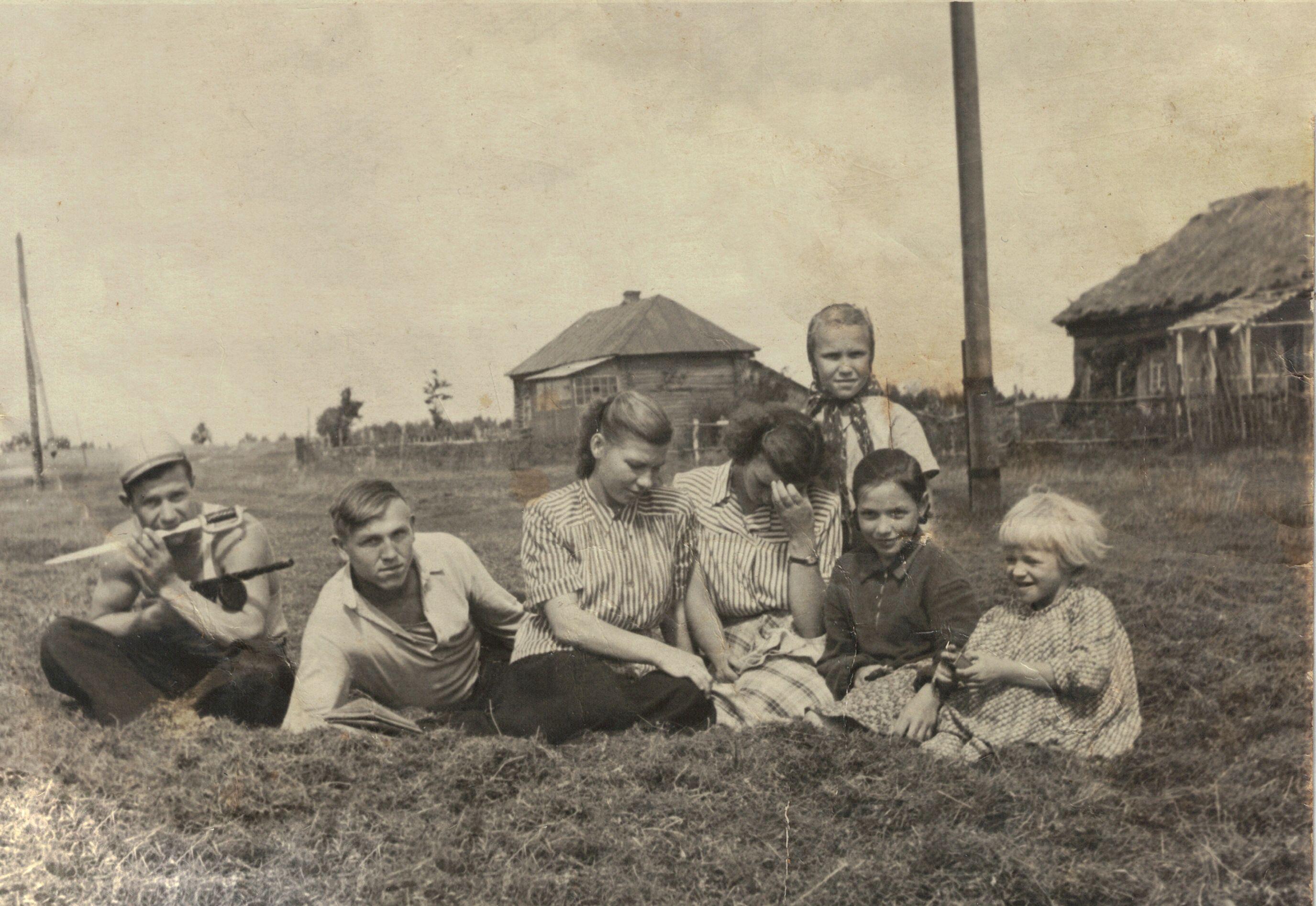 Жители Пыхтина в 1950-е годы. Фото из личного архива