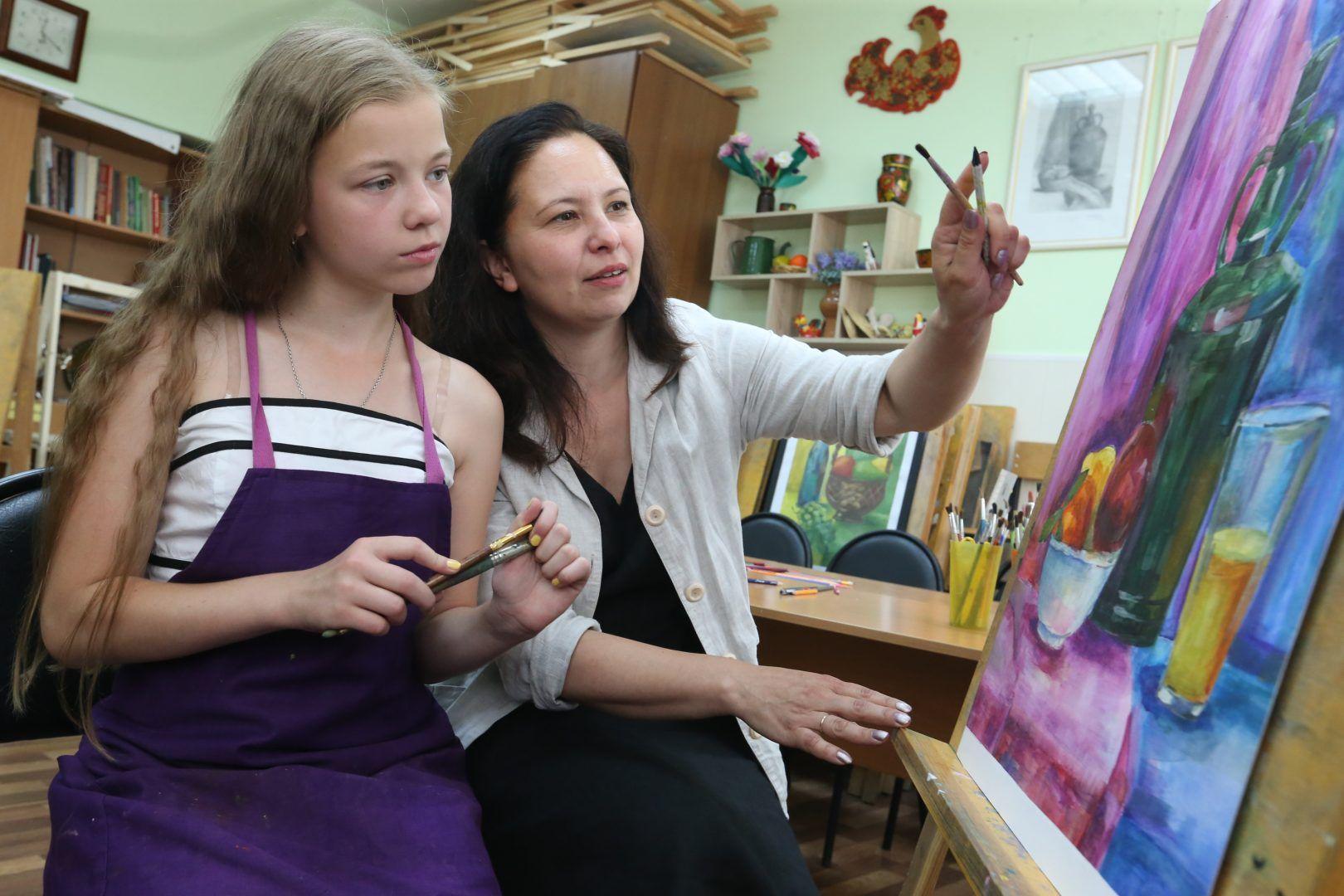 17 июня 2019 года. Щаповское. Соня обсуждает свою дипломную работу с преподавателем Мариной Тучковой. Фото: Виктор Хабаров