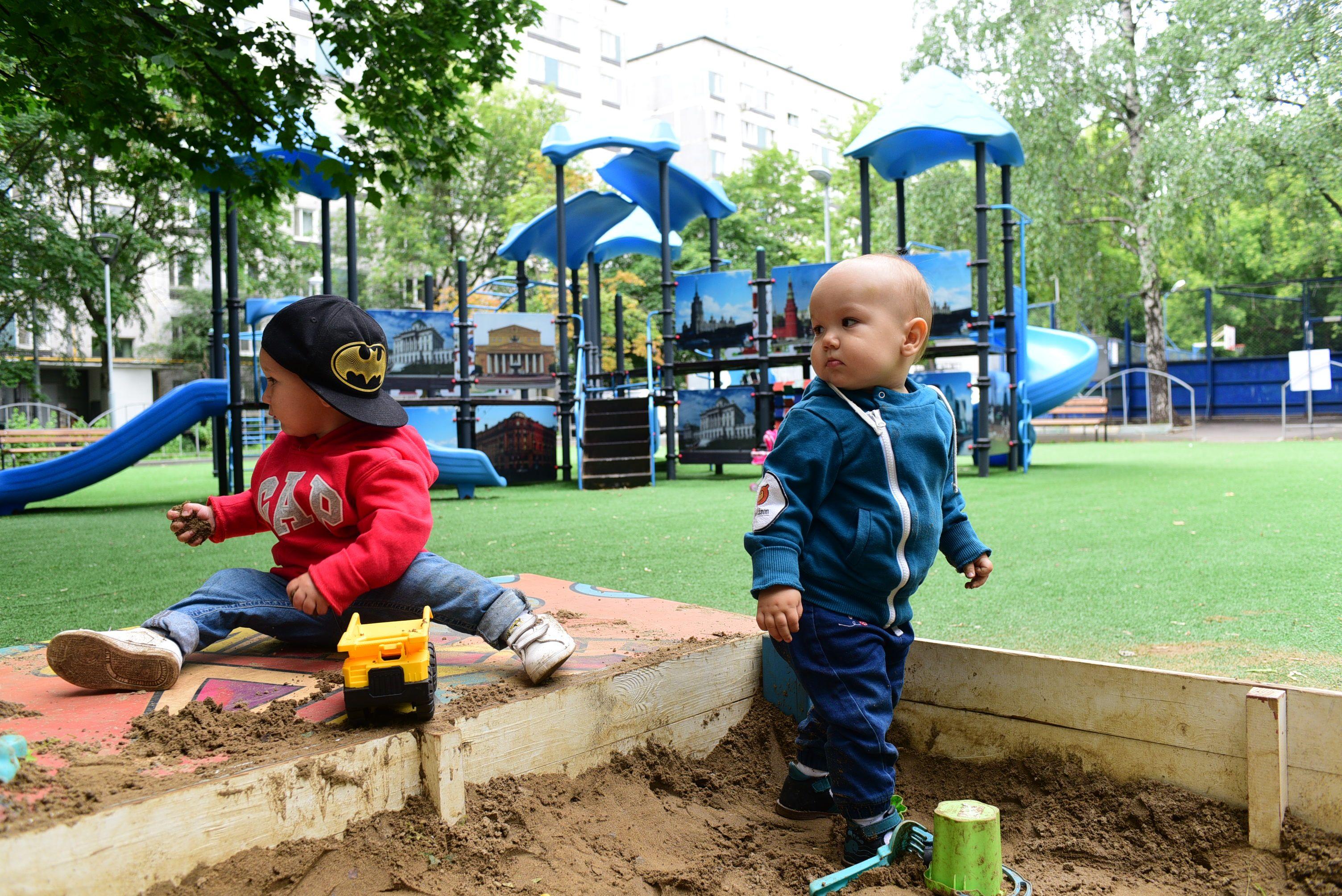 Подрядчики обустроили детскую площадку в Краснопахорском