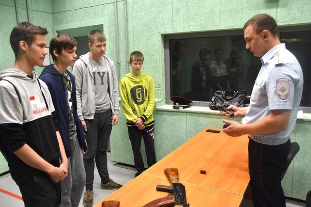 Сотрудники полиции Новой Москвы провели урок военной подготовки для будущих защитников отечества