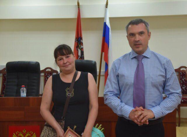 Начальник УВД по ТиНАО поблагодарил жительницу столицы за оказание помощи потерявшемуся ребенку