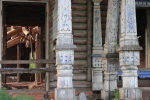 Резные колонны терема Павла Берга. Фото: Патимат Абдурахманова