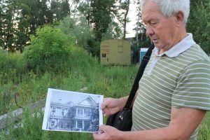 Писатель Анатолий Сладков показывает, как выглядело имение несколько десятков лет назад. Фото: Патимат Абдурахманова